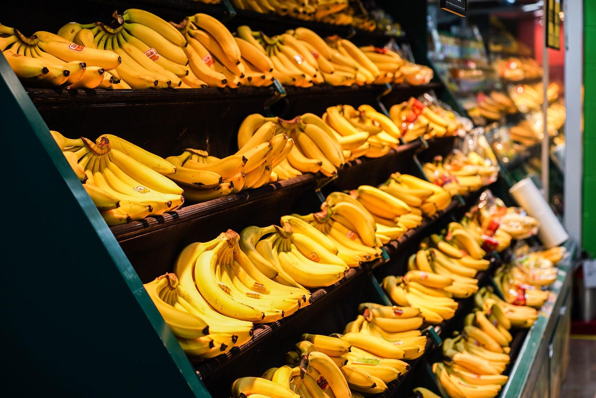 商店货架上的一串香蕉